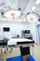 utrustning och medicintekniska apparater i modernt operationsrum foto