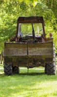 traktor på landsbygden foto