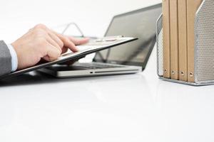 affärsman som analyserar investeringsdiagram med bärbar dator. bokföring