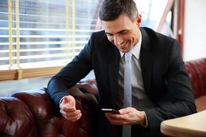 affärsman med smartphone foto