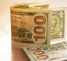 finans koncept med hundra dollar räkning foto