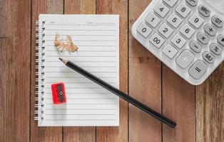 papper för finansiering med penna och miniräknare foto