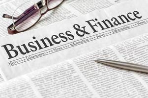 tidning med rubrikaffär och finans foto