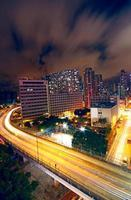 upptagen nattrafik på motorvägen i finans urban foto