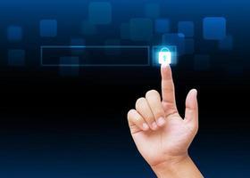 hand trycka på knapp på teknologibakgrund foto
