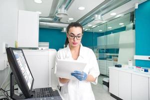 vacker läkare som diagnostiserar ett medicinskt fall foto