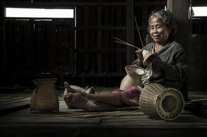 asiatisk farmor fiskare med nätet foto