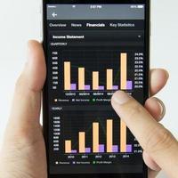 mobiltelefon med aktieinvesteringsintäkter foto