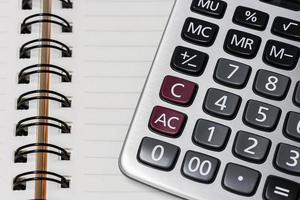 miniräknare på anteckningsboken foto