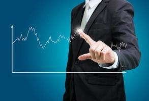 affärsman stående hållning hand touch graf finansiering isolerade foto