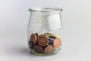 hemfinans och sparande-idé med mynt i en burk. foto