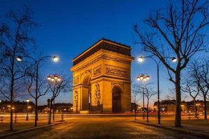 arc de triomphe vid den blå timmen foto