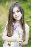 flicka med en blomma foto