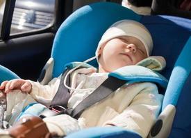 barn i en bilstol foto