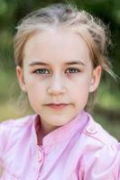 närbild porträtt av söt barn tjej foto