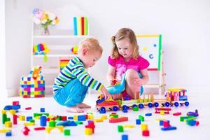 vackra barn som leker på daghem foto