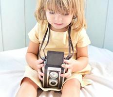 liten flicka, retro kamera foto