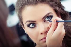applicera flytande eyeliner foto