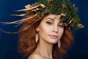 porträtt av ung vacker redhaired kvinna foto