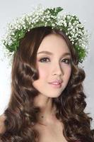 ung vacker kvinna i blomma krona foto