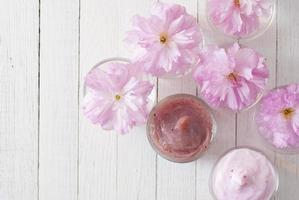 kosmetiska krämer med körsbärsblommor