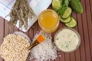 hemmagjorda ansiktsmasker med naturliga ingredienser, på färg träbakgrund foto