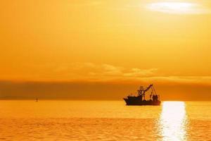 räka båt vid solnedgången i Florida foto