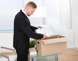 affärsman som flyttar kontor foto