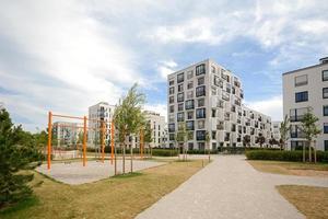 ny lekplats och moderna bostadshus foto
