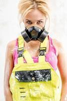 kvinna som bär en andningsskydd foto