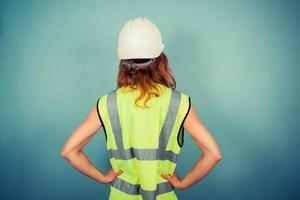 ung kvinnlig ingenjör i hög vis och hårdhår foto