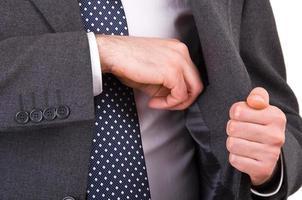 affärsman som sätter något i fickan. foto