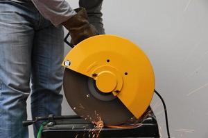 maskin som skär ett metallföremål. foto