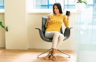 affärskvinna som sitter på kontorsstol foto