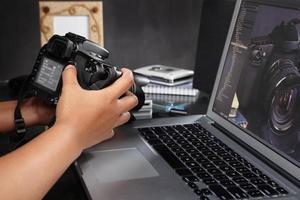 fotograf förbereder kamera foto