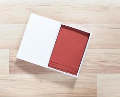 vitbokslåda med bruna kuvert inuti foto