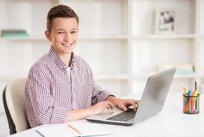 pojke med bärbar dator foto
