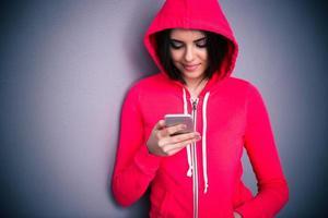 porträtt av en ung vacker kvinna med smartphone foto