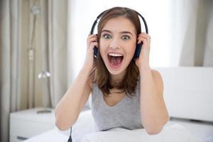 kvinna med hörlurar hemma foto