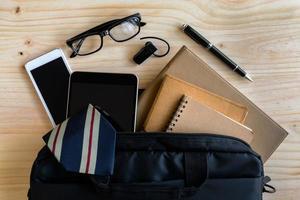 affärsman tillbehör och anteckningsbok väska på skrivbordet foto