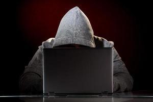 hacker med bärbar dator foto