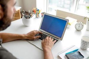 att skriva på bärbar dator foto