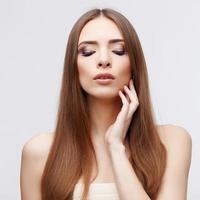 vacker kvinna med ren frisk hud foto