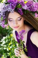 vacker flicka med en lila blommor