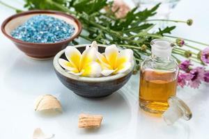 spa-koncept med flytande blommor, eterisk olja och salt