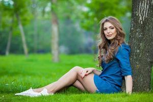 porträtt av en vacker blondin utomhus i parken
