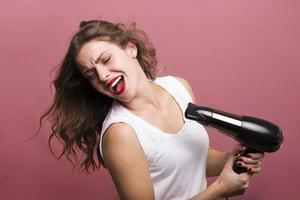 kvinna som torkar håret foto