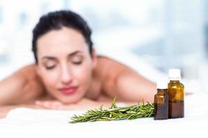 leende kvinna som får en aromaterapibehandling