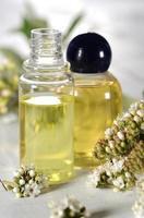 spa-olja med blommor foto