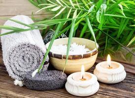 spa-inställning med gröna blad och brinnande ljus foto
